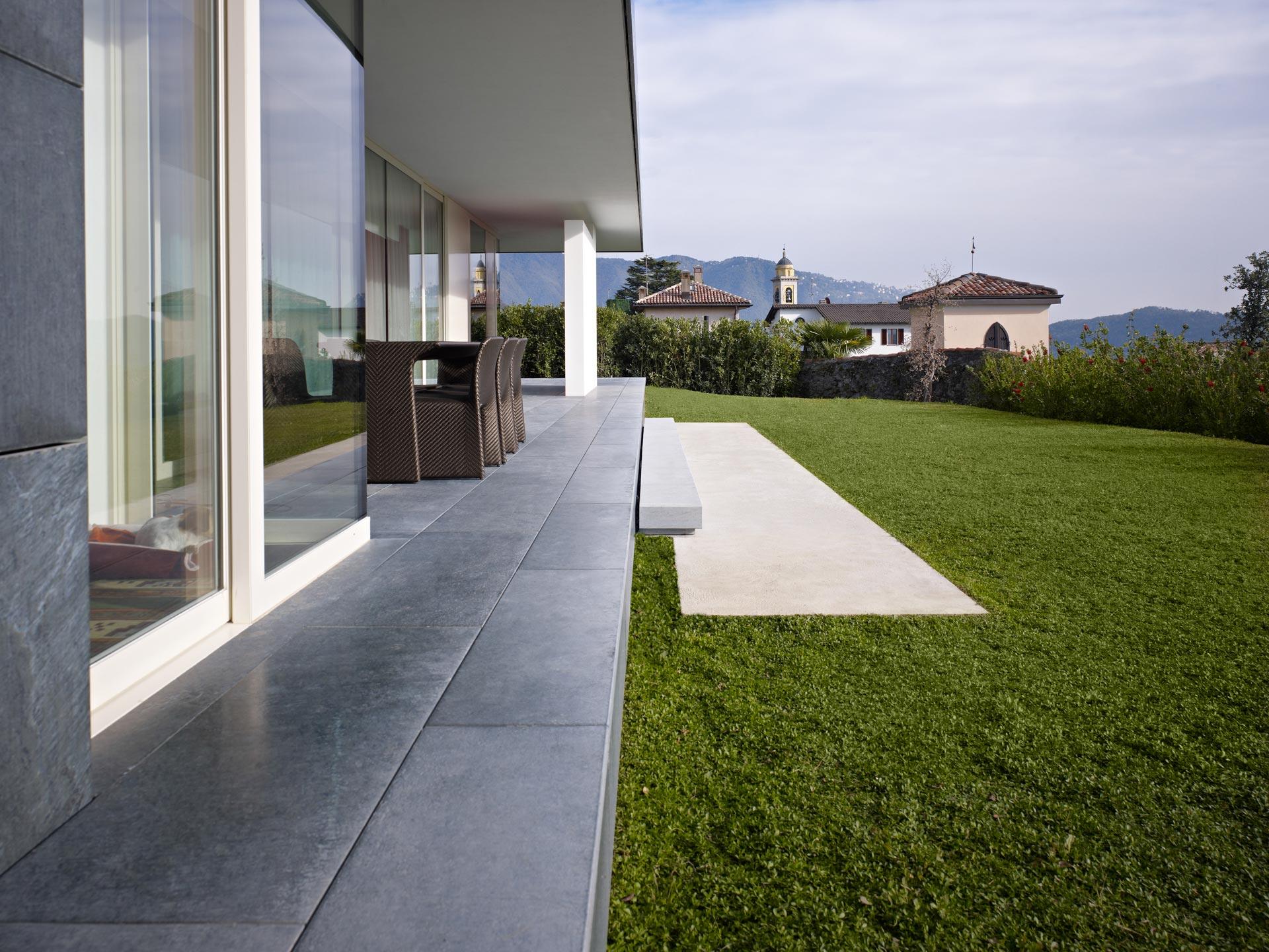 vista laterale pavimento in pietra e vetrate